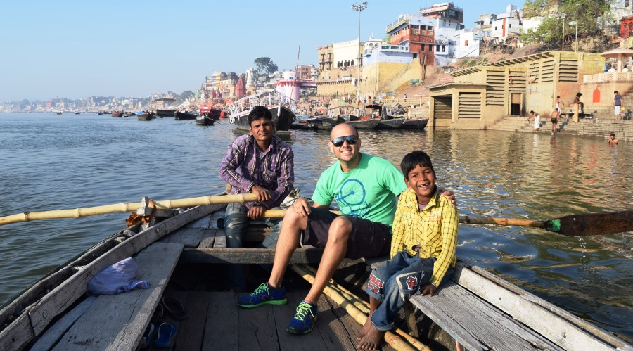 Navegando al amanecer en la mañana en el río Ganges